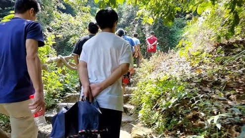 小明游广西,贵港平天山仙人谷很多人,其实不想走但今天要回家了