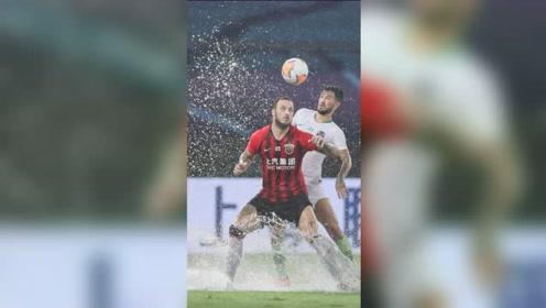 中超最欢乐比赛!上港青岛大雨中激战,秒变水上足球
