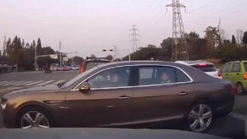 这宾利女车主真是高手,不是有视频,真不相信还能这样开车