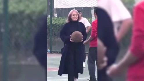 妹子校园恶搞篮球小哥,这是我的球我要回家了
