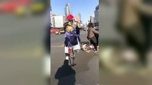 这兄弟真硬朗,都贴上符了,还能骑自行车!