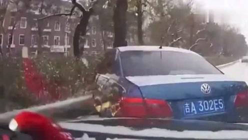 货车司机太嚣张了,猛踩油门撞视频车,师傅有苦难言被强行教做人!