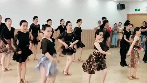 拉丁舞:恰恰集体练习,目光全集中在中间的小姑娘,这气场真棒!
