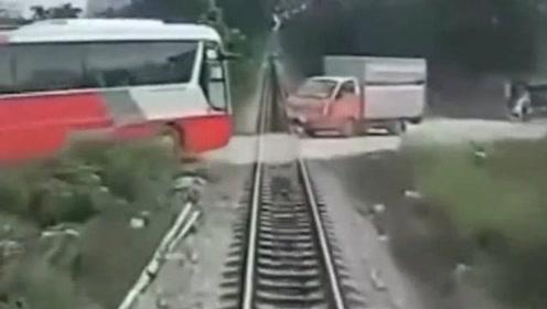 悲剧!校车穿过铁轨时被迎面而来的火车撞飞:车内有40多名小学生