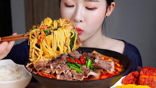 美食二倍速:小姐姐吃麻辣牛肉面,白米饭,辣白菜,腌萝卜,好吃极了