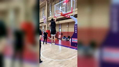 为什么NBA两米多的高个子看起来很灵活,我们CBA的刚好相反