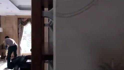 丈夫升职妻子给他送饭,结果看到这一幕,躲在门外哭了