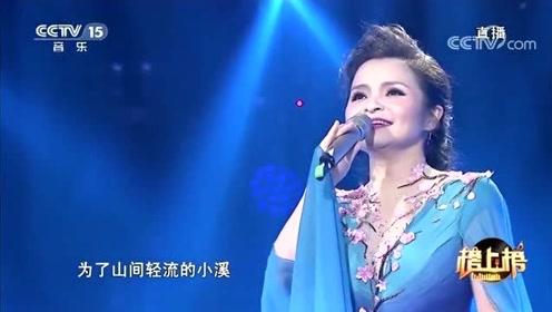 吴碧霞忘情演唱《橄榄树》,唱的太有味道了,这出场太仙了!