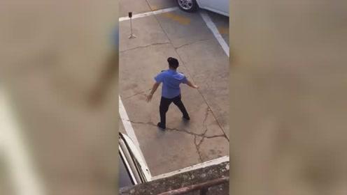 可可爱爱!公交车司机休息间隙在楼下跳舞,舞姿妖娆,完美卡点!