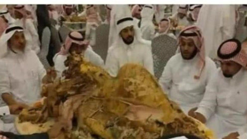 迪拜人到底有多豪?烤骆驼切菠萝都不算啥,见到车厘子后:接受不了