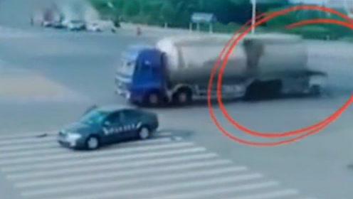 有仇必报!三轮车与小车碰撞后失控滑行,绕了一圈后又撞上小车