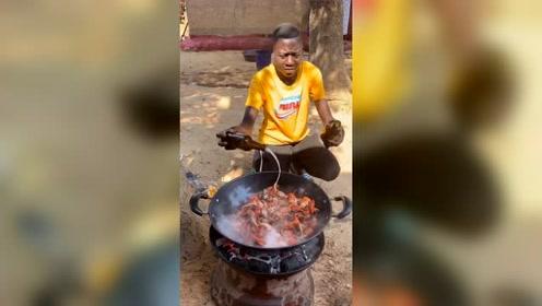 非洲小伙做小龙虾,中国美食太受欢迎,这一大锅简直没谁了