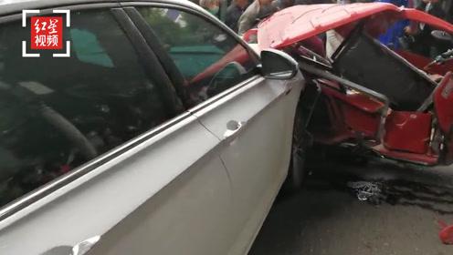 四川绵竹一辆小轿车与多车相撞 致1死5伤