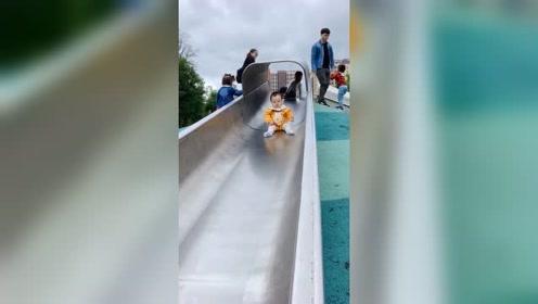十一个月大的宝宝第一次玩滑滑梯,全程一脸懵逼!