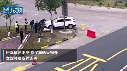 人没事就好!台州一越野车突然刹车失灵 撞上路口防撞沙桶