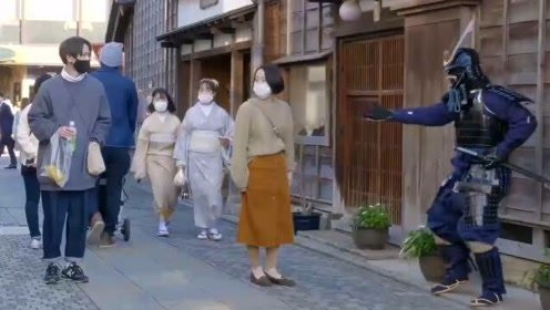 国外恶搞:假扮成武士对日本小姐姐恶作剧,妹