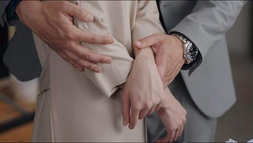 影视:离婚后前夫回来收拾东西,怎料突然从背后抱住前妻,下一秒甜炸了