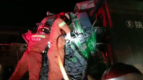 两辆渣土车相撞 西安消防凌晨破拆救人