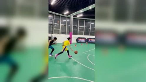 哈哈,打球女生运球节奏挺好的,本来突进去了结果又出来了
