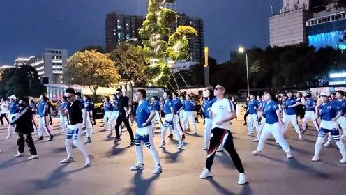 成都4个男子跳广场,把广场舞跳得女人都嫉妒,背景音乐真好听