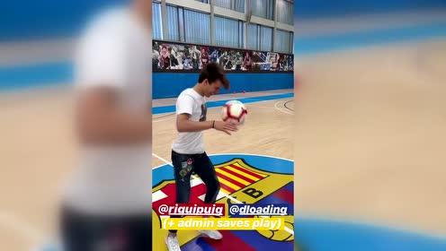 NBA篮网球星拉塞尔造访巴萨 举起普伊赫扣篮加尝试扑点