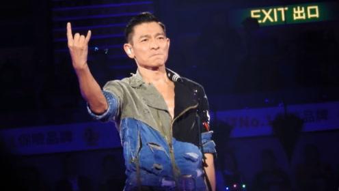 """2018香港演唱会,刘德华与粉丝精彩互动,观众大喊""""华仔""""场面火爆"""