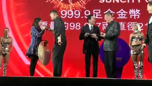 澳门太阳城集团12周年晚宴,在台上的向华强讲话