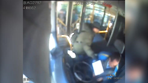 用牛奶箱掄公交司機案開庭 被告人:我有抑郁癥