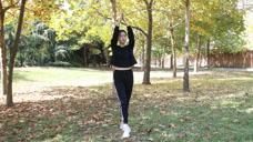 每天坚持双手举过头顶,双腿左右摆动,十天瘦五斤,简单有效