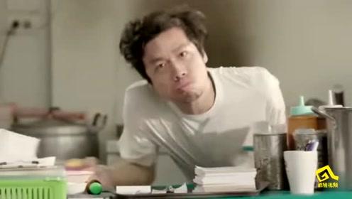 泰国创意广告:止汗剂广告,美女举起手后周围