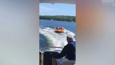 众人借着游艇冲浪,但是最后全被甩了下去,真是太会玩了!