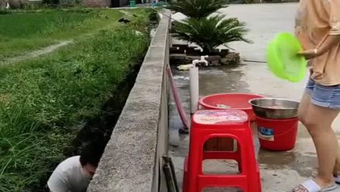 美女正在洗水果,没想到老公竟拿这招恶搞,你等着挨打吧!