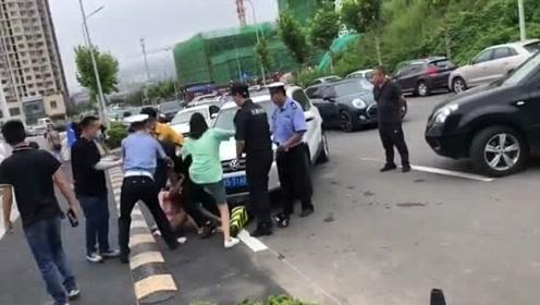 停车发生争执,三女围殴一男