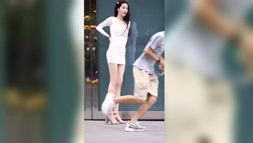 穿短裙的美女走在街上,小伙子竟然做出这样的事,太尴尬了!