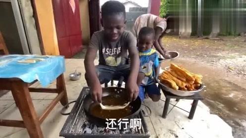 老外看中国:非洲孩子第一次吃油条,兴奋的高呼中国美食太棒了