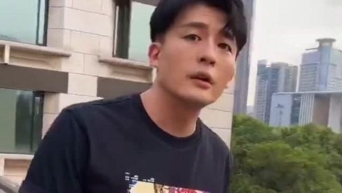 男演员孙艺洲在小区内晒太阳,即兴高歌一曲,