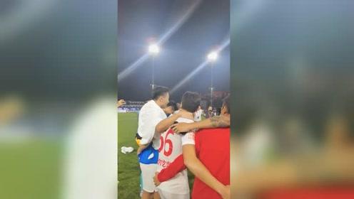 """中超深圳2-0富力 赛后郜林发表""""国王演讲"""""""
