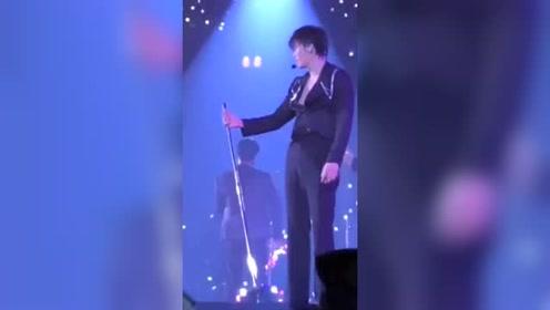 金钟仁朴灿烈:灿烈,你是想让你哥表演钢管舞?