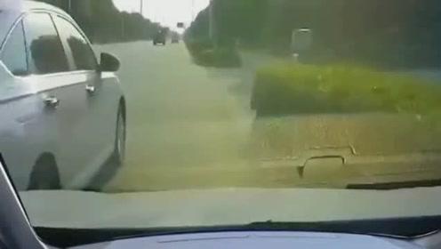 汇入车辆太任性,视频车司机疯狂按喇叭,还是一脚油门撞上来