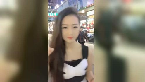 美女喜欢自拍表演,在商场里就开始了,高挑的