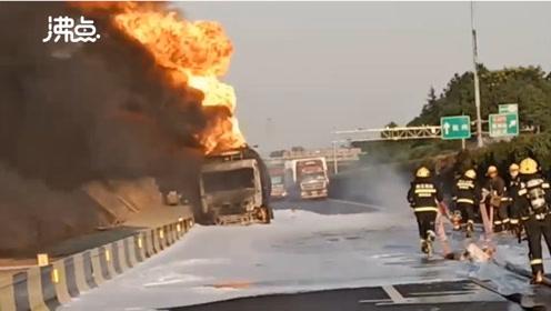 运载30吨汽油的槽罐车突发起火 消防员不顾危险奋战11个小时累瘫在地