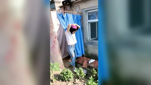 农村洗澡棚,挺简陋的