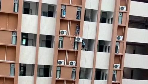 每个行业都值得尊重,安装师傅在高楼上装空调,他们拼命挣钱的样子好心酸!