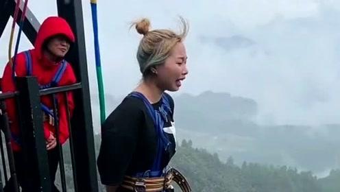 美女玩高空网红桥,放飞自我后吓得全身哆嗦,连工作人员说话都听不见了!
