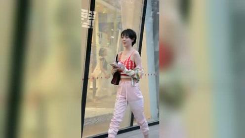 街拍:美女身穿优雅背心,彰显可爱女人味,让人如沐春风!