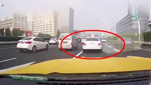 视频车怒撞警车屁股,警察秒出警,监控记录事故全程!