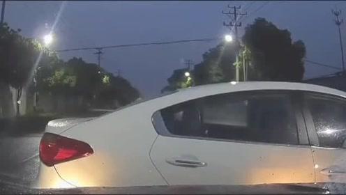 面对路口转弯任性抢道的,视频车司机猛地撞了上去没有惯着他!