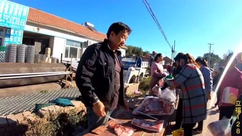 农村人买肉也挺厉害,没看怎么买一头猪就卖完了,两口子生意真好
