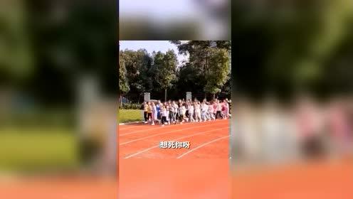 """#热点速看#""""800米呀,我爱你呀,一天不跑,想死你呀""""!体育老师用""""拉歌""""的方式激励学生跑800米"""