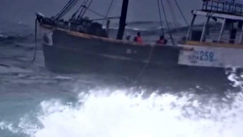 渔民捕鱼回港途中,遇见大风大浪,太可怕了!